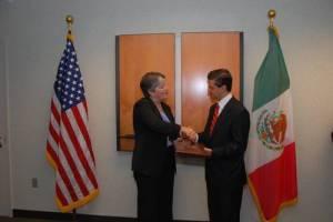 Napolitano y Peña Nieto en gesto cordial.
